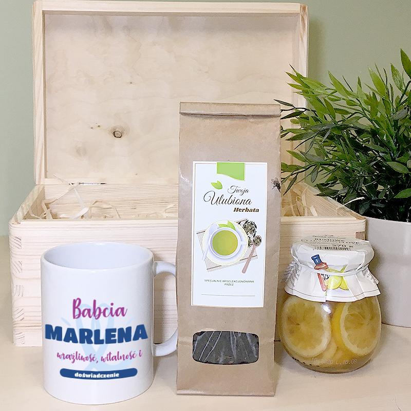 Zestaw herbaciany dla babci (kubek, herbata, cytrynki z rumem) w skrzynce