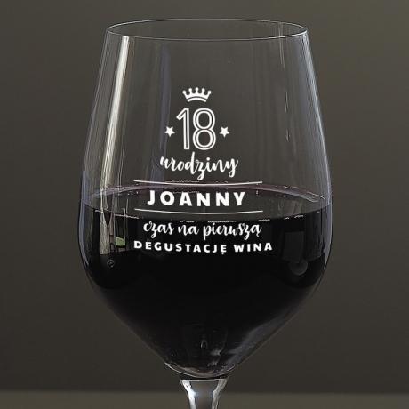 Kieliszek do wina na 18 urodziny